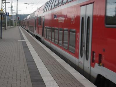 einfahrender Zug in den Bahnhof