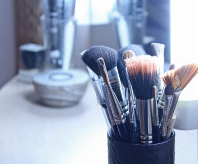 Schminkpinsel im Kosmetikstudio