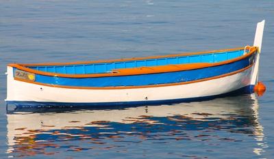 Fischerboot im Sonnenlicht
