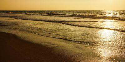 Meereswellen abends im Gegenlicht