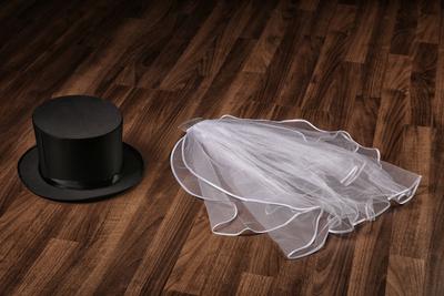 Zylinder und Brautschleier
