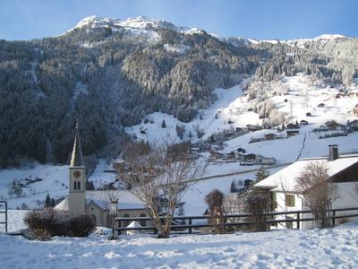 Garschurn, Blick auf Kirche und Skigebiet Silvretta Nova