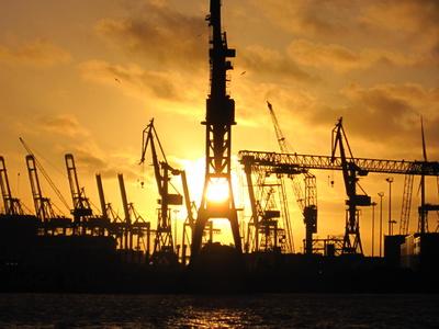 Sonnenuntergang mit Silhouette der Hafenkrane
