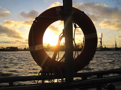 Sonnenuntergang an der Hafenkante
