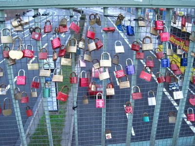 Liebesschlösser an einer Straßenbrücke/ Hamburg