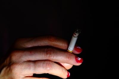 Frauenhand mit Zigarette 02