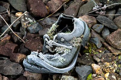 alter Schuh am Bahndamm