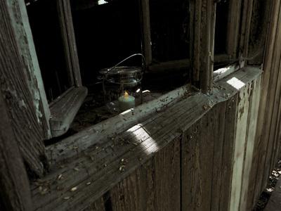 Licht am alten Fenster