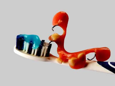Zahnbuerste mit Creme und Zahnersatz