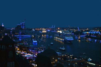 AIDAstella bei den Hamburg Cruise Days 2014 vor dem Fischmarkt