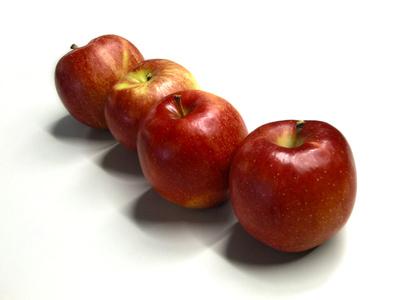 Vier rote Äpfel in einer Reihe