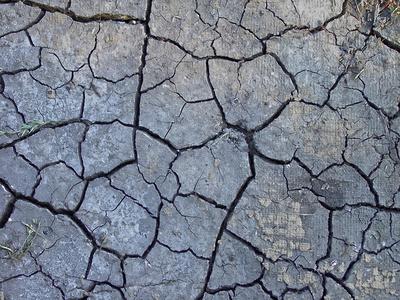 Risse im trockenen Lehmboden