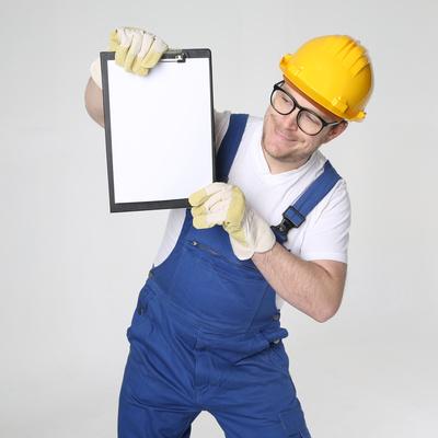Bauarbeiter mit Checkliste