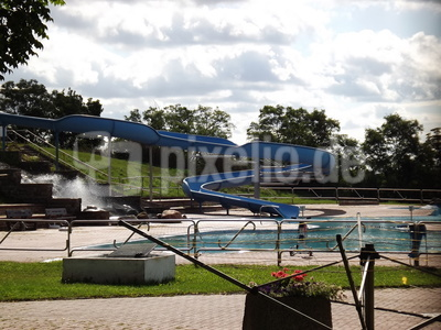 Eine Wasserrutsche im Freibad