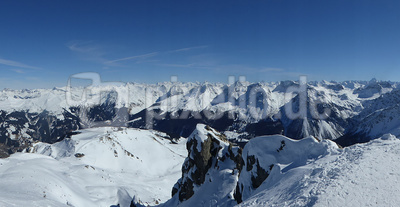 Bündner Alpenwelt in Weiss