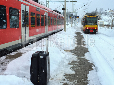 Winterlicher S-Bahnsteig mit Zügen