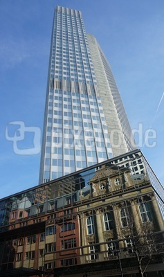Hochhaus der alten EZB mit Gründerzeithäuser als Spiegelung
