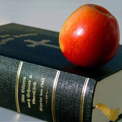Bibel und Apfel