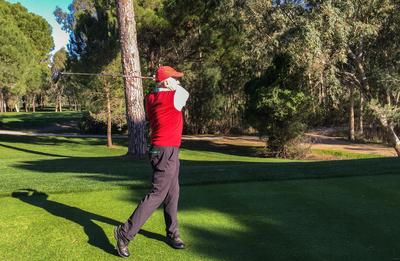 Golf-Senior beim Abschlag