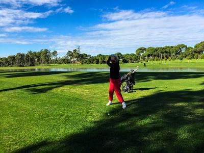 Golf-Seniorin beim Abschlag