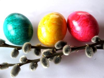 Drei Ostereier dekoriert mit Palmzweigen
