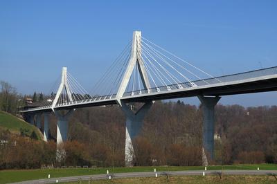 Die Poya-Schrägseilbrücke