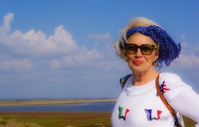 Seniorin genießt Urlaub am Meer