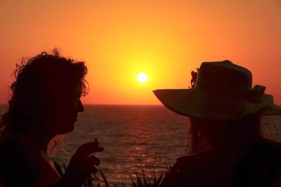 Frauengespräche beim Sonnenuntergang