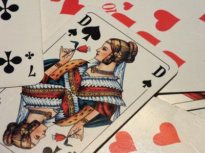 Spielkarten mit Damen und Farben