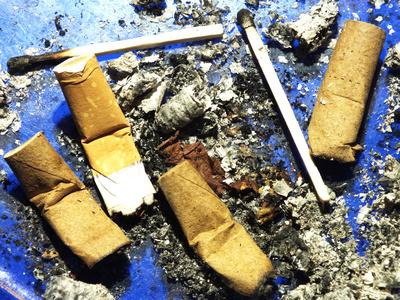 Zigarettenstummel und Streichhölzer