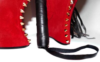 Rote hohe Schuhe mit Peitschenstiel