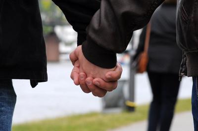 Händchen halten am Mainufer