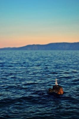 Steinturm im Meer