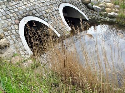 Wasser-Durchlauf unter der Brücke