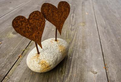 Wetterfeste Liebe auf dem Gartentisch