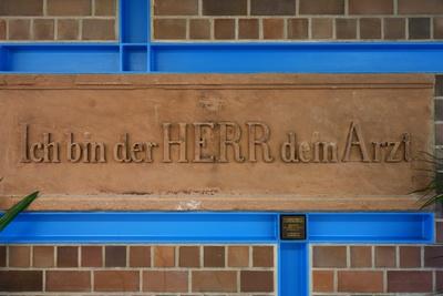 Inschrift im Krankenhaus