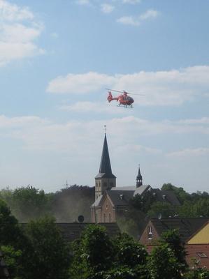Hubschrauber über der Kirche