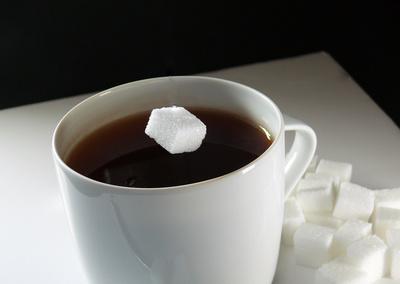 Zucker im Kaffee/Tee ......