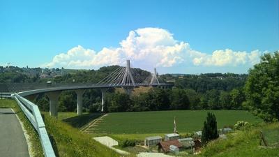 Poya-Brücke an sonnigem Tag