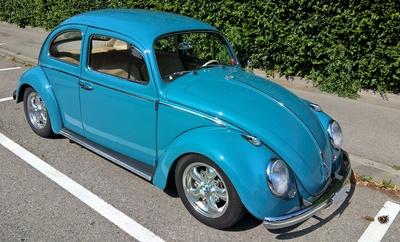 Nostalgie-Auto: hellblauer VW-Käfer