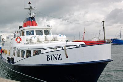 Ausflugsschiff »Binz« beim Anlegevorgang im Hafen von Sassnitz.