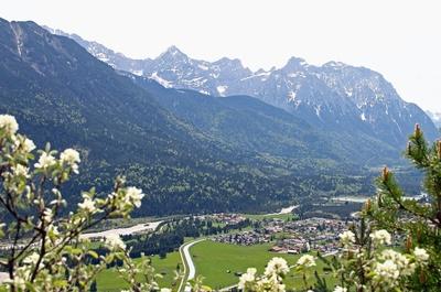 Krün mit Schöttelkarspitze und Karwendelgebirge