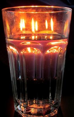 Licht hinter Wasserglas