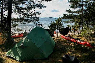 Zeltlager auf schwedischer Schäre