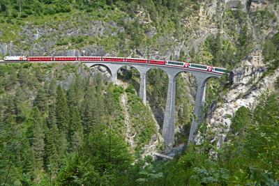 Bernina-Express überfährt das Landwasserviadukt
