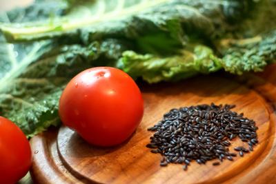 Schwarzer Reis mit Gemüse zubereiten