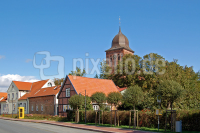 Rügensche Dorf-Idylle (noch mit Telefonzelle)