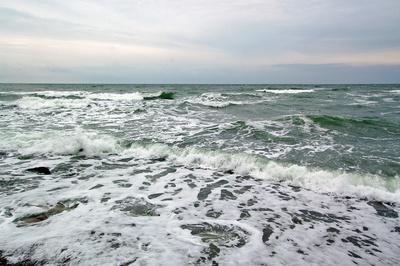 Tosende Ostsee unterhalb der Kreidefelsen bei Stubbenkammer auf Rügen
