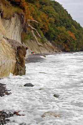Ostseestrand unterhalb der Kreidefelsen bei Stubbenkammer auf Rügen