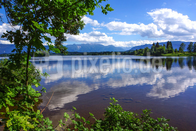 Sommerlicher Staffelsee vor Alpenkette